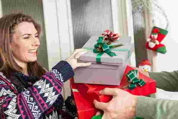 天哪! 离圣诞节不到一周! 为相对陌生人找到完美礼物的4种方法。